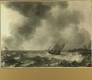 Kaagschip en nadere vaartuigen op een woelig meer; rechts op de achtergrond een landstrook met boerderij