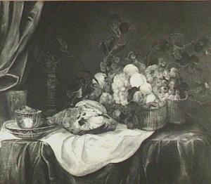 Stilleven van mand met vruchten, patrijs, porselein en roemer in bekerschroef op tafel