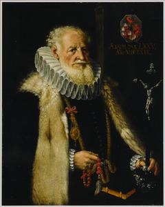 Portret van een oudere man met baard met in de linkerhand een zilveren crucifix