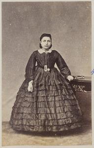 Portret van een vrouw [de Vries Levi]