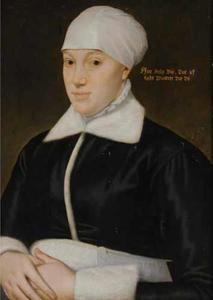 Portret van een vrouw in zwarte overjas met witte bontkraag en manchetten en witte muts