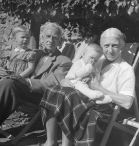 Beeldhouwer Jan Bronner met zijn vrouw en kleinkinderen bij zijn boerderij 'l'Enclos de Talon' in de Chevreusevalei tussen Parijs en Chartres