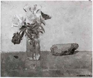 Stilleven met steen en bloemen in glazen vaasje