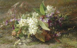 Boeket met bloesemtakken en viooltjes op de bosgrond