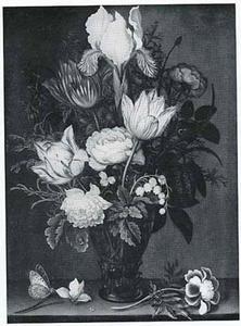 Bloemen in een roemer, afrikaantje en cyclaam, op een stenen plint