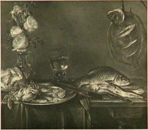 Stilleven van vissen, vaas met bloemen en een tinnen bord met krab en garnalen