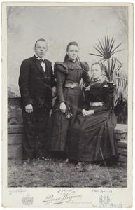 Familieportret van Gerardus, Johannet en Alberdien van der Boom