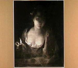 Jonge vrouw bij kaarslicht