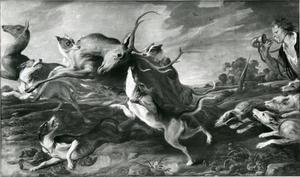 Honden vallen twee damherten aan, jager blaast op de hoorn