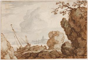 Rotsen langs een fjord met een boot op de kant