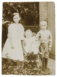 Portret van Christina Wilhelmina van Neerbos (1896-...), Jan Hendrik van Neerbos (1904-...) en Johannes Fransiscus van Neerbos (1899-...)