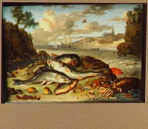 Vissen op het strand; in de achtergrond een zeilboten op zee en een kerk