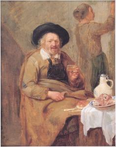 Een man met een glas in de hand zit aan een gedekte tafel