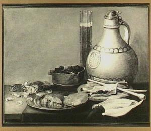 Stilleven met een kruik, rookgerei, krabben en stukken brood op een tinnen bord