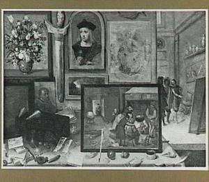 Kunstverzameling met schilderijen, beelden en schelpen; rechts in de achtergrond bekijken drie mensen een schilderij