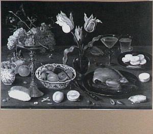 Stilleven met druiven op een tazza, tulpen en een gebraden kip