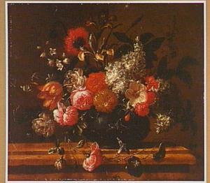 Boeket bloemen op een stenen plint