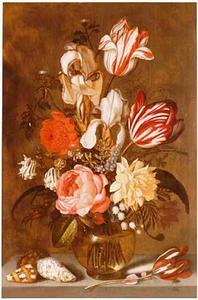 Bloemen in een bolle glazen vaas, schelpen en een tulp op een stenen plint