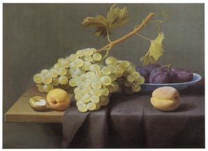 Druiven en andere vruchten op een tafel