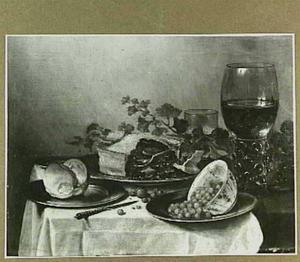 Stilleven met pastei, broodje en porseleinen schaaltje met aardbeien