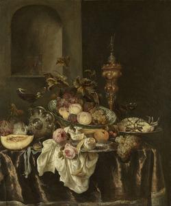 Stilleven met fruit, krab, rozen, glas- en zilverwerk, akeleibeker en horloge op een donker tafelkleed met wit servet, op de achtergrond een nis met glazen