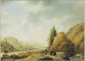 Uitgestrekt berglandschap met diverse figuren op een landweg langs een rotswand