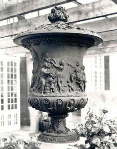 Tuinvaas met offerande aan Priapus en Flora (allegorie van de Lente)