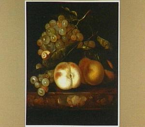 Stilleven met perziken, een tros druiven en een slak