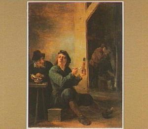 Bier drinkende en rokende jonge man en een oude vrouw in een herberg