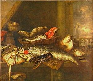 Visstilleven met zalm, kreeft, rog en schol op tafel met weegschaal en ton; door het venster (rechts) uitzicht op een rivier met brug, schip en visverkopers op de oever