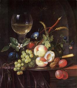 Vruchten op een tinnen bord naast een roemer met witte wijn