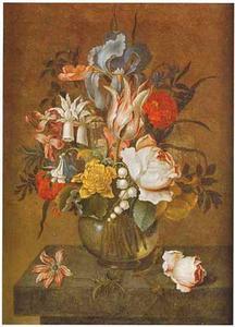 Bloemen in een bolle glazen vaas, roos en anemoon op een stenen plint