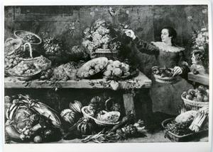 Vrouw in voorraadkamer met vruchten en groente