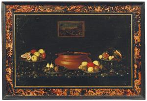 Stilleven van bloemen, groenten en vruchten op een tafel