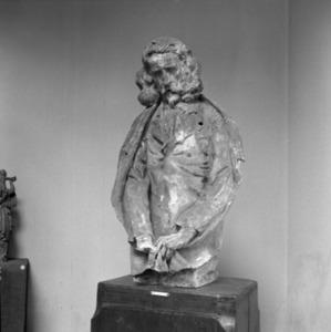 Het atelier van Antoine Bourdelle met een buste van een man met lang haar, baard en knevel