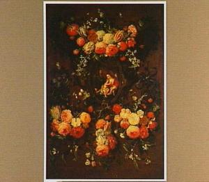 Guirlande van bloemen rond een uitbeelding van Maria met Christus en andere figuren