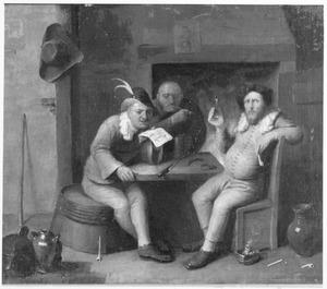 Herberginterieur met drie figuren, waarvan er een (voor)leest