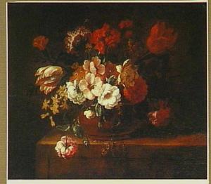 Stilleven van bloemen in een vaas met onder andere tulpen, rozen en anjers; tafel rechts