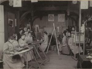 Schilder Lizzy Ansingh in een atelier met andere vrouwen