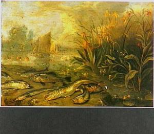 Rivieroever met verschillende vissen, kikkers en waterplanten met links een doorkijk naar twee zeilschepen