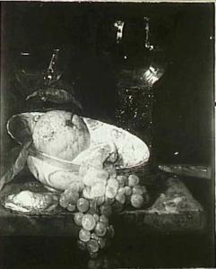 Stilleven met druiven, oester, porseleinen schaal en