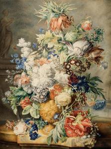 Gebeeldhouwde vaas met bloemen op een stenen plint