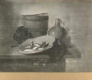 Stilleven van keukenattributen en vergiet met visjes