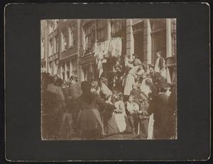 Gezicht op een straat met een groep mensen