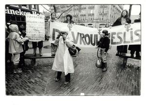 Eva Besnyö fotografeert tijdens een demonstratie in Amsterdam