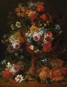 Stilleven van bloemen in een gedecoreerde vaas, met fruit, in een landschap