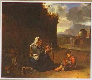Zittende oude vrouw en jongetje bij een muur