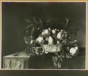 Stilleven met vruchten in een schaal en een roemer,