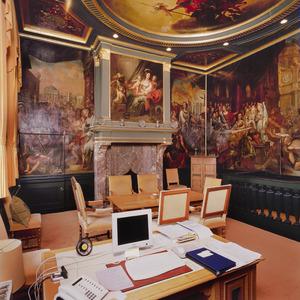 Burgemeesterskamer met wand- en plafondschilderingen.