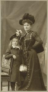 Portret van een vrouw en een meisje, waarschijnlijk  Euphemia Margaret Boumeester (1870-1957) en Jkvr. Christina Carolina Marguerite (Effie) de Stuers (1893-?)